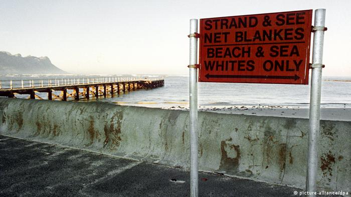 A historic picture depicting a white-only beach in South Africa under apartheid (picture-alliance/dpa)