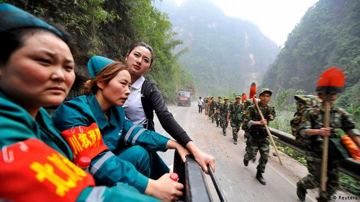 Medical personnel (L) and paramilitary policemen rush to reach the isolated Baoxing county a day after an earthquake hit Ya'an, Sichuan province, April 21, 2013. Rescuers struggled to reach a remote, rural corner of southwestern China on Sunday as the toll of the dead and missing from the country's worst earthquake in three years climbed to 208 with almost 1,000 serious injuries. The 6.6 magnitude quake struck in Lushan county, near the city of Ya'an in the southwestern province of Sichuan, close to where a devastating 7.9 quake hit in May 2008, killing 70,000. Picture taken April 21, 2013. REUTERS/Stringer (CHINA - Tags: DISASTER) CHINA OUT. NO COMMERCIAL OR EDITORIAL SALES IN CHINA