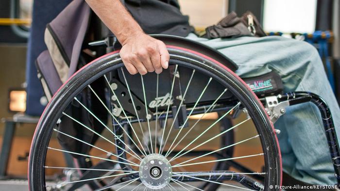 Rollstuhlfahrer: Hand am Rad (picture alliance/keystone).