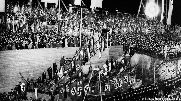 A Nazi mass rally on the Tempelhof field in 1933 (picture-alliance/akg-images)