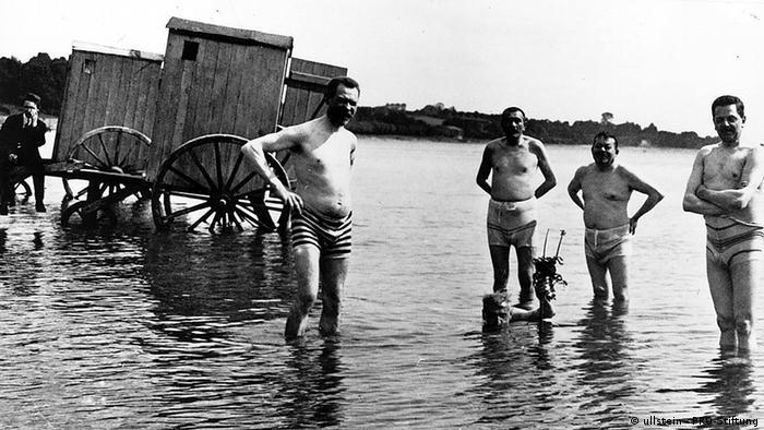Deutschland Deutsches Reich Reichspräsident Friedrich Ebert und Gustav Noske beim Baden in Travemünde