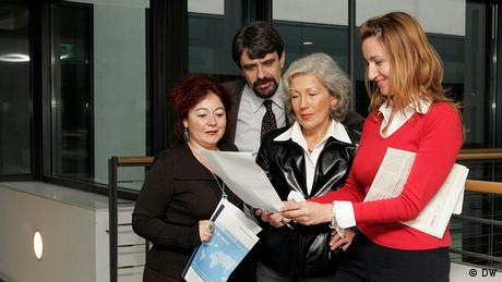 Înaintea intrării în studio: Medana Weident, Robert Schwartz, Rodica Binder şi Alina Kühnel (de la stânga la dreapta)