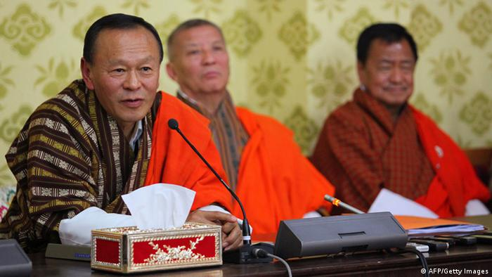 Jigme Y. Thinley (L) bei einer Pressekonferenz im April (Foto: David Owen/AFP/Getty Images)