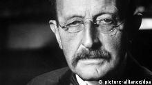 ARCHIV - Der deutsche Physiker und Nobelpreisträger (1918) Max Planck (undatiert). Zum 150. Geburtstag von Planck am 23. April setzt der Kultursender 3sat einen Themenschwerpunkt mit dem Titel Quantensprünge. Ein Porträt und vier Wissenschaftsdokumentationen beleuchten von Mittwoch (09.04.2008) an aktuelle Grundlagenforschung, die sich aus Plancks wissenschaftlicher Pionierarbeit ergeben hat. Foto: Max-Planck-Gesellschaft (zu dpa-Meldung vom 07.04.2008) - nur s/w - +++(c) dpa - Bildfunk+++