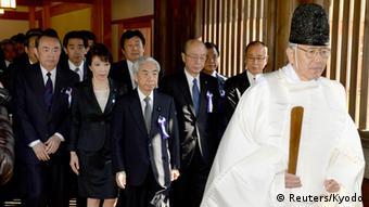 Besuch japanischer Abgeordneten zum Yasukuni-Schrein in Tokio