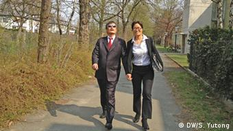Chen Guangcheng and his wife in Berlin (DW/Chinesisch)
