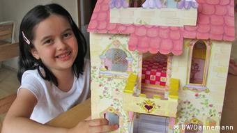 A girl playing with a paper castle of Lillifee. Author: Victoria Dannemann.