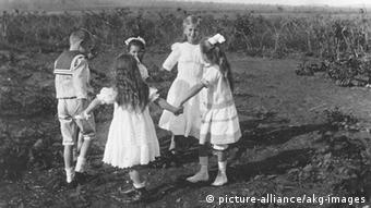 Old photo, children dancing and holding hands Foto, um 1914.