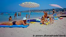 Türkei/ Türkische Riviera - Cesme, Strand, Strandurlauber bei Sonnenbaden (Mann mit weißem Hut und Frau mir 2 kleinen Mädchen im Vordergrund mit Modelldreigabe) Aufnahme: 15.09.2011