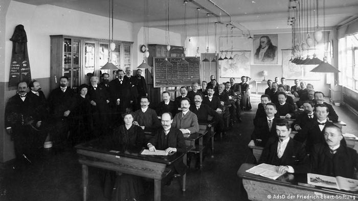 A SPD Party School classroom in 1908, showing - among others - Joseph Belli, Franz Mehring, Rosa Luxemburg, August Bebel, Simon Katzenstein, Heinrich Kuno and Wilhelm Pieck, Copyright: AdsD/Friedrich Ebert Stiftung