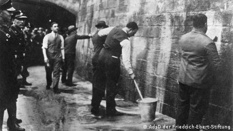 SPD politicians had to remove graffiti in 1933 under stormtrooper supervision 
