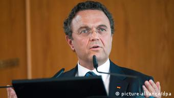 Hans-Peter Friedrich stands before a podium and speaks into a microphone (Photo: Maurizio Gambarini/dpa)