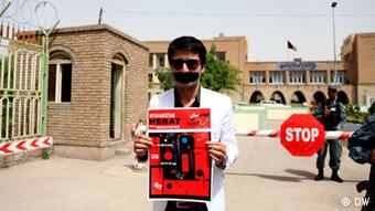 A protestor holds up a sign calling for better press freedom in Afghanistan.