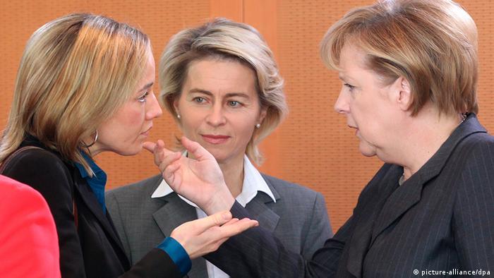 در سال ۲۰۰۵ آنگلا مرکل در انتخابات آلمان پیروز شد و به عنوان اولین صدراعظم زن در تاریخ این کشور کار خود را آغاز کرد. پس از پذیرش ائتلاف بزرگ دولتی مرکل ۶۳ ساله در این دوره نیز به کار خود ادامه میدهد. امروزه مرکل در عرصه جهانی به عنوان یکی از قدرتمندترین سیاستمداران جهان شناخته میشود. با وجود افزایش حضور زنان در همه احزاب سیاسی هم اکنون ۳۰،۶ درصد نمایندگان مجلس آلمان را زنان تشکیل میدهند.