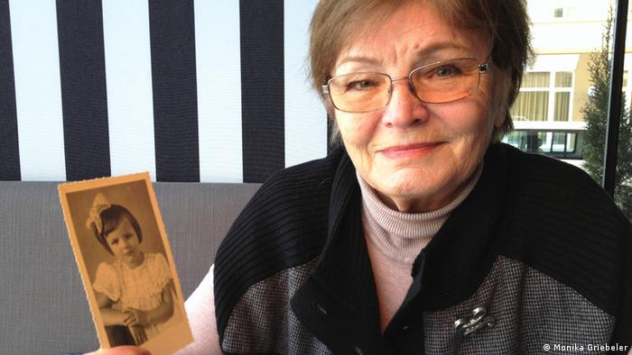Luise Quietsch holding a photography of herself as a child. (Photo: Monika Griebeler)