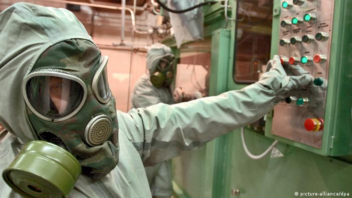 Employee wears gas masks and suits at the chemical air weapons destruction facility on the premises of a new chemical weapons destruction facility (Photo: Grigory Sysoyev +++(c) dpa)