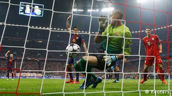 Barcelona's goalkeeper Victor Valdes (C) fails to stop a goal by Bayern Munich's Thomas Muller (not pictured) during their Champions League semi-final first leg soccer match at Arena stadium in Munich, April 23, 2013. REUTERS/Michael Dalder (GERMANY - Tags: SPORT SOCCER)