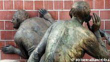 Einen Lauschangriff der etwas harmloseren Art verüben am 12.1.1998 zwei Bronzefiguren des Stuttgarter Künstlers Karl-Henning Seemann an der Wand des Vorführsaales der Musikhochschule in Freiburg. Die zwei Figuren gehören zu einer insgesamt sechsteiligen Skulpturengruppe. Ungeachtet anhaltender Kritik zeichnet sich für die Einführung des sogenannten großen Lauschangriffs eine breite parlamentarische Mehrheit ab. Eine Koalitionsrunde unter Leitung von Bundeskanzler Helmut Kohl begrüßte den Kompromiß, mit dem Innen- und Rechtspolitiker von Koalition und SPD den Weg für das Abhören von Wohnungen zur Strafverfolgung freigemacht hatten. Der Bundestag wird am 16. Januar abschließend über die Maßnahmen beraten.