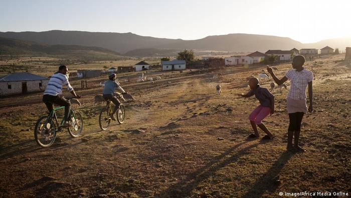 Symbolbild Afrika Jugendliche Fahrrad Südafrika 2011 (imago/Africa Media Online)