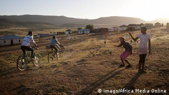 Village children make happy exchanges with each other in rural Transkei, South Africa Life in the Countryside PUBLICATIONxINxGERxSUIxAUTxONLY Reisen Südafrika Land Leute x0x xsk 2011 quer africa african african children african plains africans bicycles children children laughing children playing culture eastern cape fashion friendship happy laughing playing riding a bike