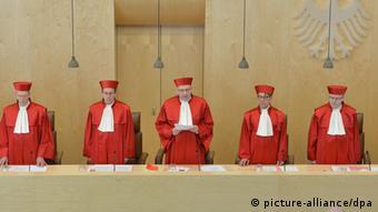 Der Erste Senat beim Bundesverfassungsgericht in Karlsruhe (Baden-Württemberg), Michael Eichberger (l-r), Johannes Masing , Ferdinand Kirchhof (Vorsitz), Reinhard Gaier, Wilhelm Schluckebier in ihren Roben. (Foto: Uli Deck/dpa)