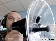 Symbolbild: Mann mit Kopfhörern und Abhörmikro (Foto: dpa/Bildfunk)