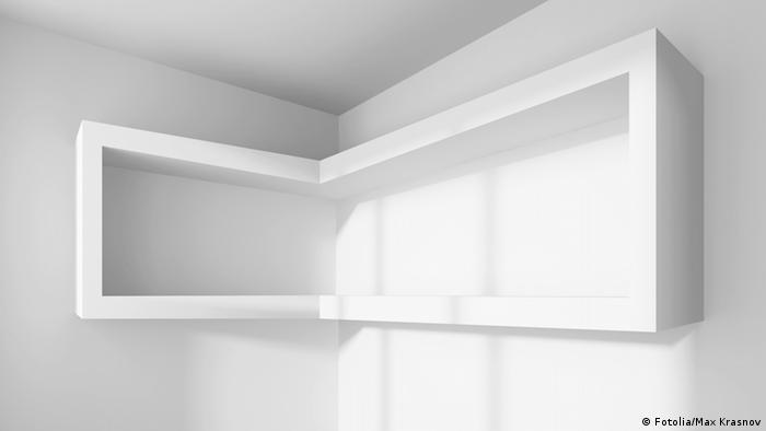 Ein Raum mit einem leeren Regal an der Wand