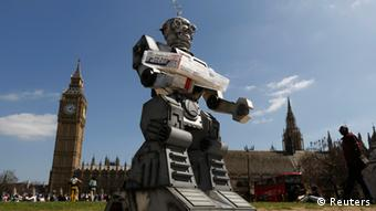Ein Roboter steht vor dem britischen Parlament in Westminster. Er ist Teil einer Aktion der internationalen Kampagne Stop Killer Robots (Foto: Reuters/Luke MacGregor)