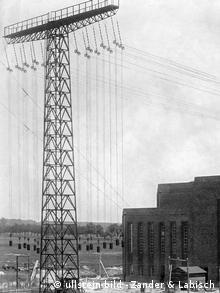 Schwarzweißbild einer Antenne außerhalb einer nicht sendenden Station in Brandenburg, 1919.