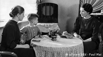 Zwei Frauen und ein Junge hoeren Radio (Foto: Originalaufnahme im Archiv von ullstein bild German Empire : Two women and a boy are listening to a radio - Photographer: Paul Mai - Published by: 'Berliner Illustrirte Zeitung' 05/1937 Vintage property of ullstein bild