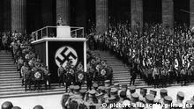 8-1936-5-1-A1-1 (986428) Berlin 1. Mai 1936, Rede Hitlers Berlin / 1. Mai 1936, Tag der nationalen Arbeit, lt. Gesetz vom 10. April 1933. - Hitler spricht anlässlich des 'Feiertags der nationalen Arbeit' im Lustgarten. - Foto.