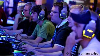 Gamers at the gamescom fair in Cologne +++(c) dpa - Bildfunk+++
