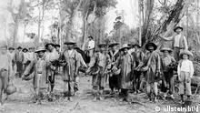 Paraguay - Eingeborene mit gepflückten Teeblaettern in Koerben