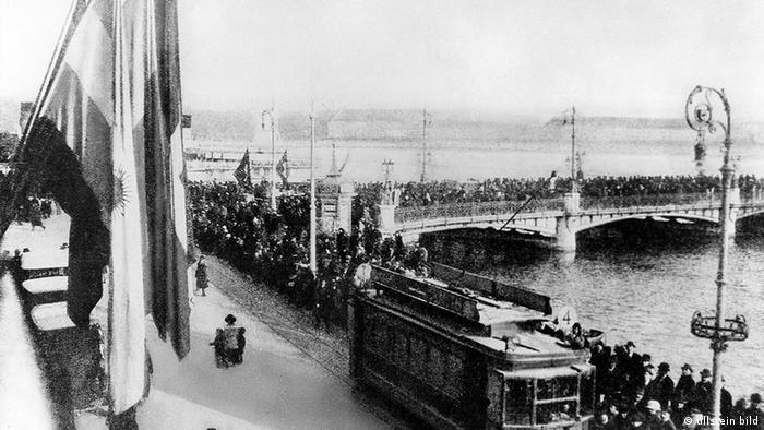 Pessoas numa ponte em Genebra
