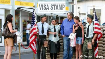 Touristen posieren am Checkpoint Charlie (Foto: Adam Berry/Getty Images)