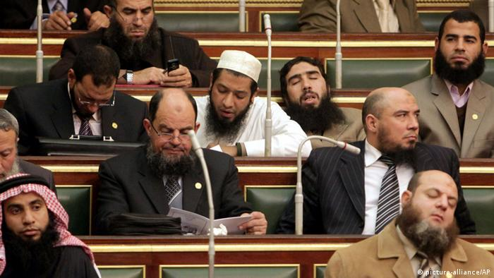 Bearded men sit in the Egyptian parliament (Foto: Asmaa/AP PHOTO)
