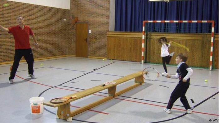 Tenis u školskoj dvorani uz malo improvizacije