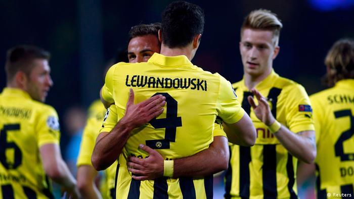 Borussia Dortmunds Robert Lewandowski wird von seinen Mitspielern bejubelt. (Foto: REUTERS/Wolfgang Rattay)