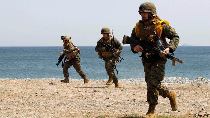 Marines of the U.S. Marine Corps, based in Japan's Okinawa, take part in a practice for a U.S.-South Korea joint landing operation drill in Pohang, about 370 km (230 miles) southeast of Seoul, April 25, 2013. The landing operation drill, which will be held on Friday is a part of the two countries' annual military training called Foal Eagle which began on March 1 and runs untill April 30. Tension has been fuelled by North Korean anger over the imposition of U.N. sanctions after its last nuclear arms test in February, creating one of the worst periods of stress on the peninsula since the end of the Korean War in 1953. REUTERS/Lee Jae-Won (SOUTH KOREA - Tags: MILITARY POLITICS)