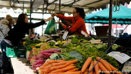Gemüsestand auf dem Freiburger Wochenmarkt. Foto: dpa