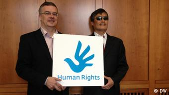 Markus Löning, Federal Government Commissioner for Human Rights Policy and Humanitarian Aid (L) and Chinese human rights activist Chen Guangcheng Ort: Berlin Datum: 23.04.2013 Fotograf: Su Yutong (DW/Chinesisch)