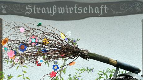 Ein als Strauß dekorierter Besen signalisiert am Mittwoch (13.10.2010) an der Dorfstraße im schwarzwälder Glottertal, dass die Straußwirtschaft geöffnet hat. Foto: dpa
