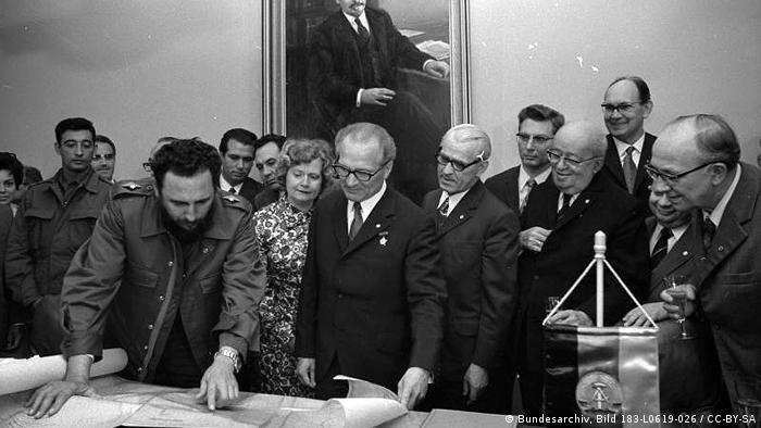 Castro, Landkarte Kubas überreicht ADN- ZB, Koard, 19.6.72, Berlin: Castro, Landkarte Kubas überreicht Fidel Castro (l.) überreichte nach der Unterzeichnung des Kommuniques am 19.6.72 Erich Honecker (Mitte) eine Landkarte der Republik Kuba. Sie zeigt eine Insel, die den Namen Ernst Thälmann trägt, und deren Südseite Strand DDR heißt. An diesem Strand schlugen die kubanischen Patrioten an der Schweinebucht die imperialistische Aggression erfolgreich zurück. Bei der feierlichen Übergabe des Geschenks waren u.a. Alfred Neumann, Friedrich Ebert, Werner Lemberz und Willi Stoph zugegen (v.l.n.r.) http://commons.wikimedia.org/wiki/File:Bundesarchiv_Bild_183-L0619-026,_Castro,_Landkarte_Kubas_%C3%BCberreicht.jpg Bundesarchiv_Bild_183-L0619-026,_Castro,_Landkarte_Kubas_überreicht.jpg