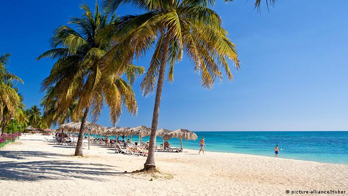 Insel; Karibik; Mittelamerika; Palmenstrand Foto: picture-alliance/Huber