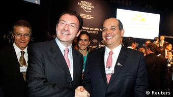 Mexico's Finance Minister Luis Videgaray (L) and Peru's Finance Minister Luis Miguel Castilla pose for pictures after the inauguration of the World Economic Forum on Latin America in Lima, April 24, 2013. REUTERS/Enrique Castro-Mendivil (PERU - Tags: POLITICS BUSINESS)
