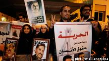 Protesters hold photos of detained activists (picture-alliance/dpa)