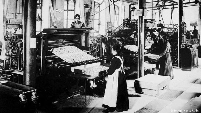Frauen als Mitarbeiter einer Druckerei in Geislingen - Reproduktion einer historischen Aufnahme(Bild: Copyright: imago/Horst Rudel)