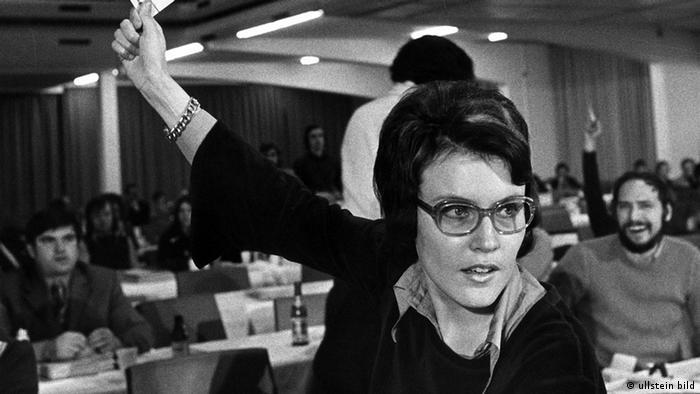 Heidemarie Wieczorek-Zeul hält bei einer Abstimmung der Jungsozialisten (Jusos) der SPD 1974 in München ihre Stimmkarte hoch, Foto: Ullstein Bild