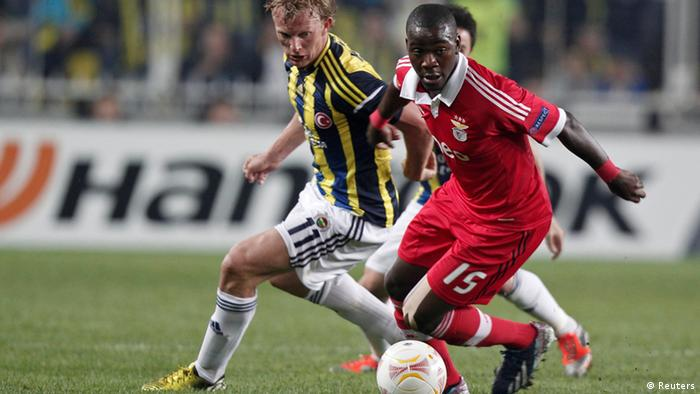 Fenerbahce's Dirk Kuyt (L) challenges Benfica's Ola John during their Europa League semi-final first leg soccer match at Sukru Saracoglu stadium in Istanbul April 25, 2013. REUTERS/Osman Orsal (TURKEY - Tags: SPORT SOCCER)