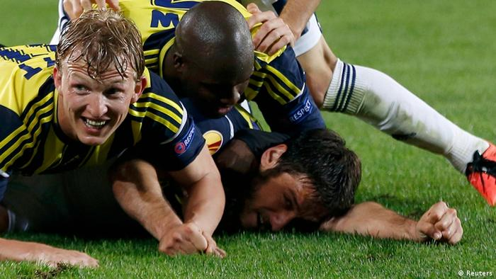 Fenerbahce's players celebrate Egemen Korkmaz's (R) goal against Benfica during their Europa League semi-final first leg soccer match at Sukru Saracoglu stadium in Istanbul April 25, 2013. REUTERS/Murad Sezer (TURKEY - Tags: SPORT SOCCER)